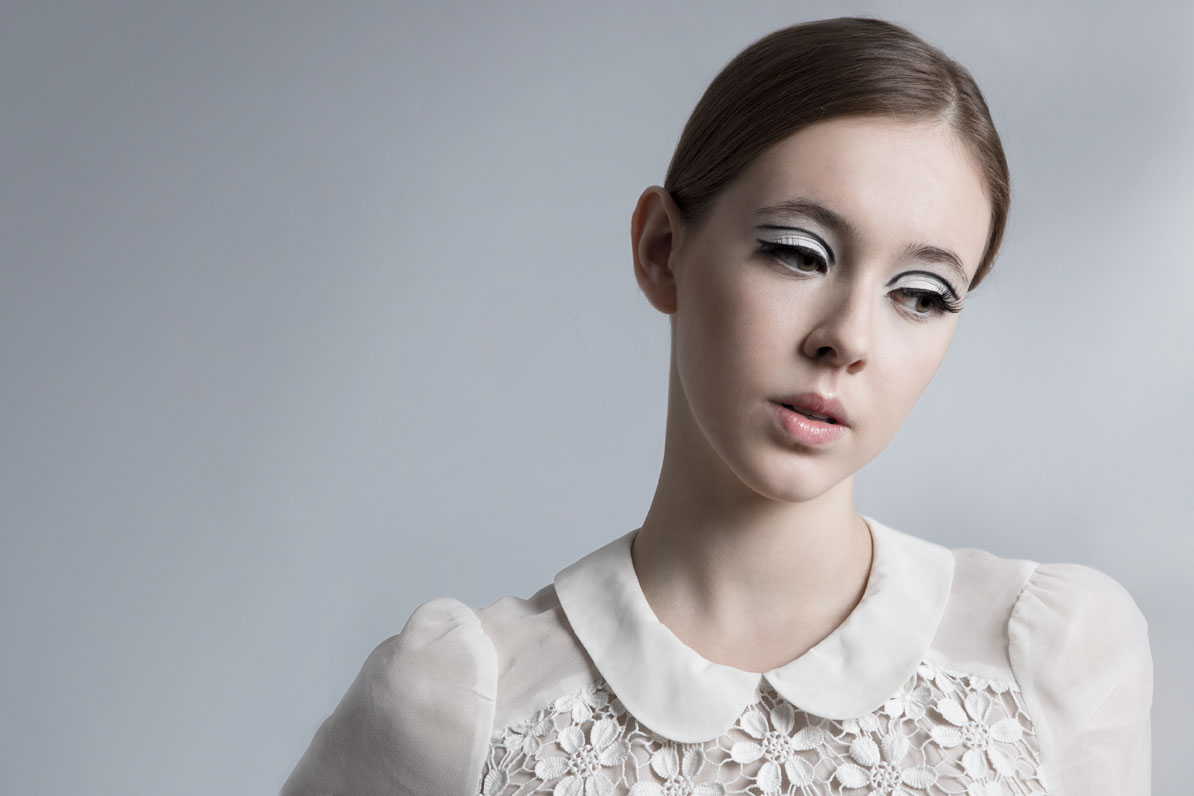 girl in twiggy make-up